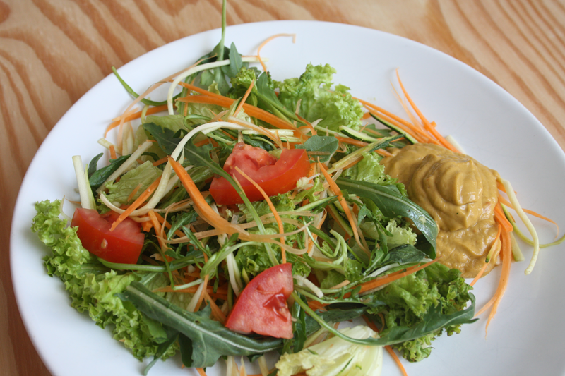 Salat Wiese mit Rucola und Zucchini