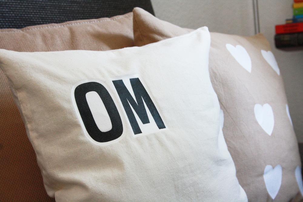 Hallo Piepmatz! Unglaublich: Kissen bedrucken mit Plastiktüten! Einfach Motiv oder Buchstaben ausschneiden und auf Kissenhülle oder Jutebeutel drauf bügeln.