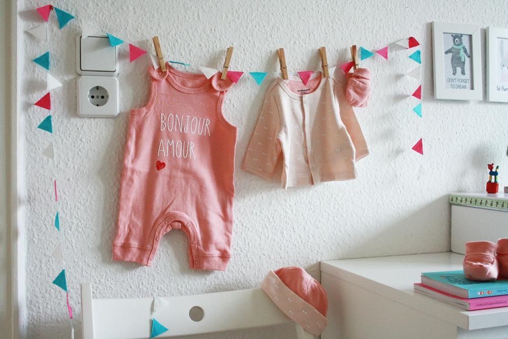 DIY Baby Girlande aus Filzkreisen, gemacht aus Vlies Putzlappen