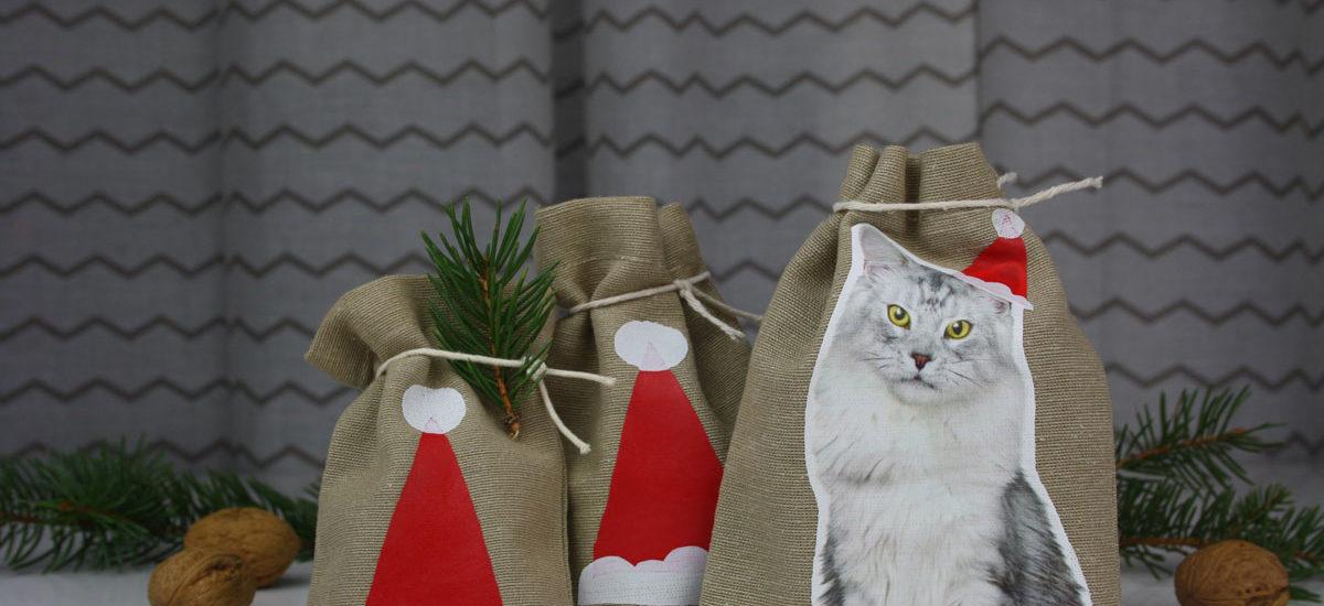 Hallo Piepmatz! Unglaublich: Baumwollbeutel bedrucken mit Plastiktüten! Einfach Motiv oder Buchstaben ausschneiden und auf Geschenkbeutel drauf bügeln. Schöne Idee für Adventskalender, zum Nikolaus oder als Geschenkverpackung zu Weihnachten