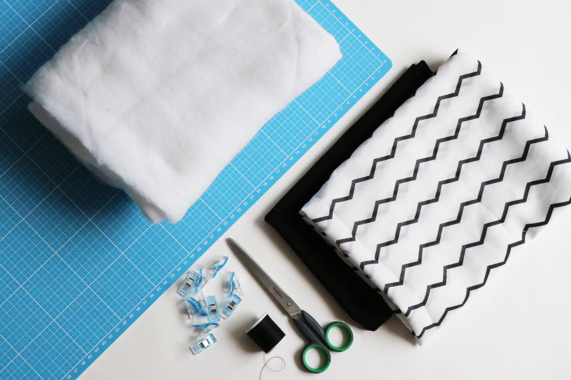 upcycling diy wie man einen zeitschriften hocker selbst bauen kann. Black Bedroom Furniture Sets. Home Design Ideas